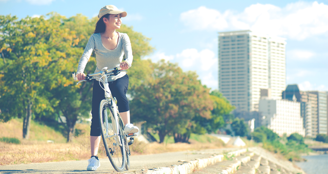 クロスバイクに乗る女性