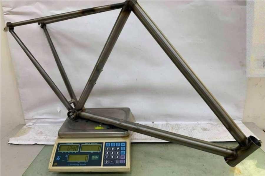 52cm, 未塗装のフレーム重量はわずか1,240gです。YASYJIRO BIKES