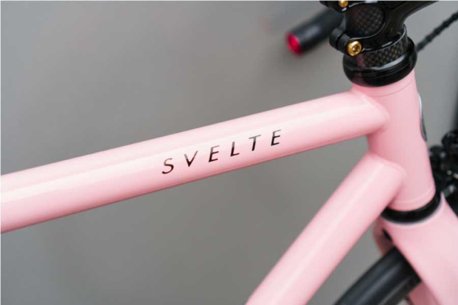 このパステルカラーのサーモンピンクは多くの人を魅了します。