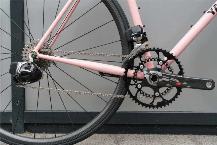 この自転車は、SRAM Red eTapグループセットを中心に構築されています