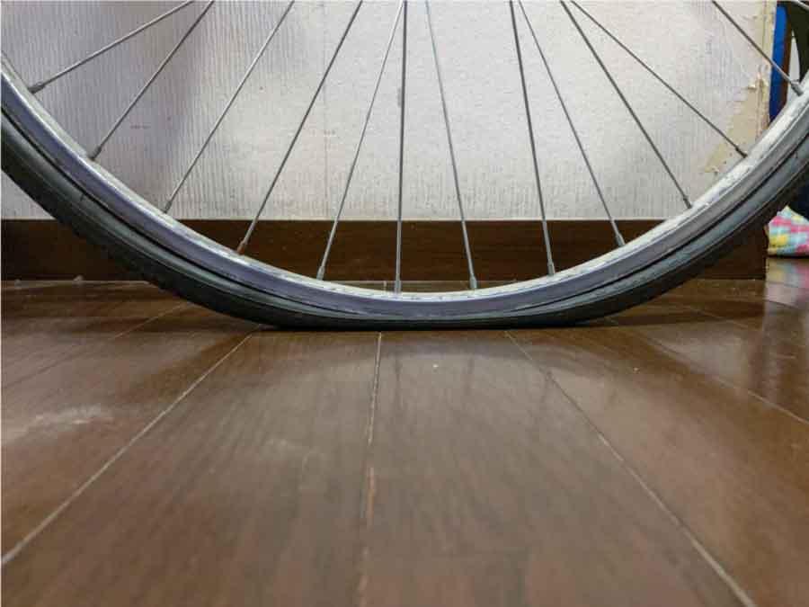 パンクしてベコベコになった自転車のタイヤ(前輪)