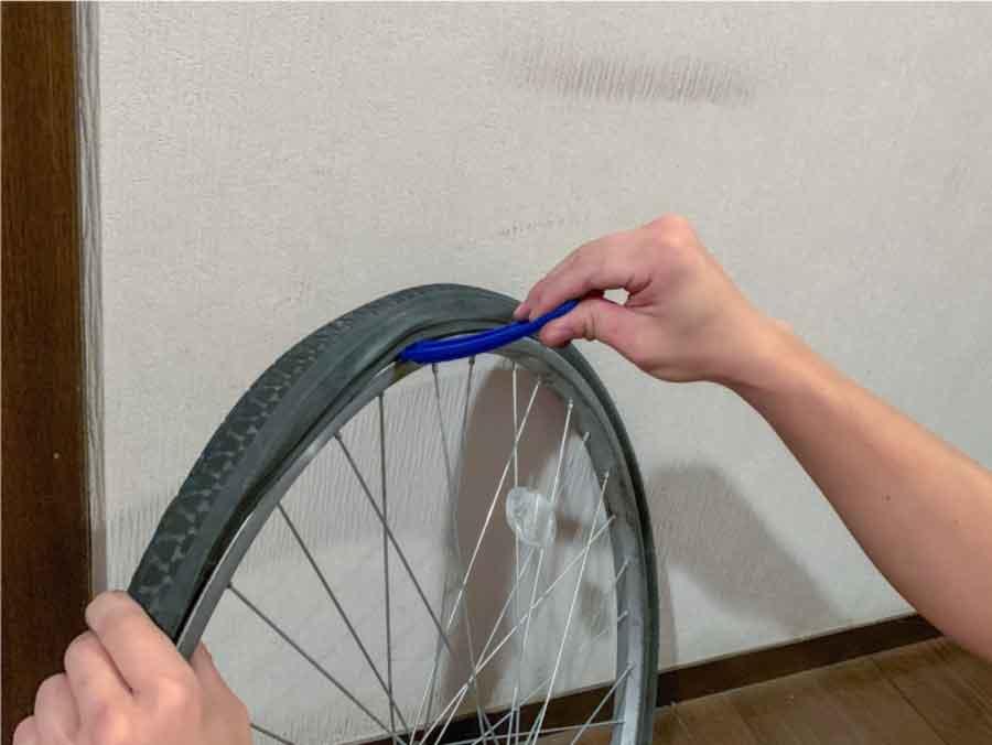 テコの原理を使ってタイヤを嵌める