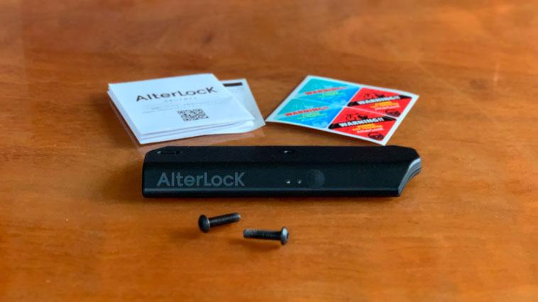 オルターロック本体・取り付けボルト・説明書、そしてオリジナルステッカーが付属する。
