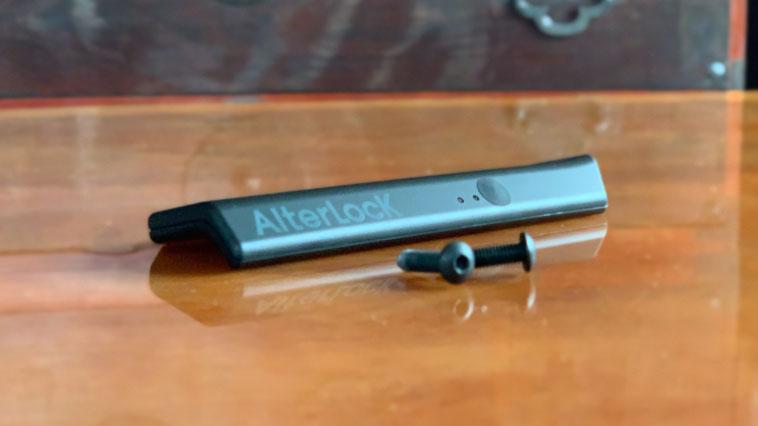 「への字」に曲がった薄いボディが特徴。付属の取り付けねじは六角レンチ仕様