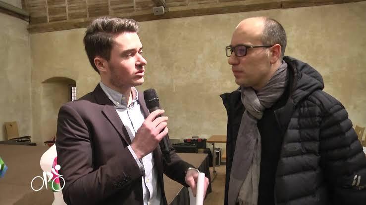 インタビューを受けるジョアニー・デルマス氏(右)