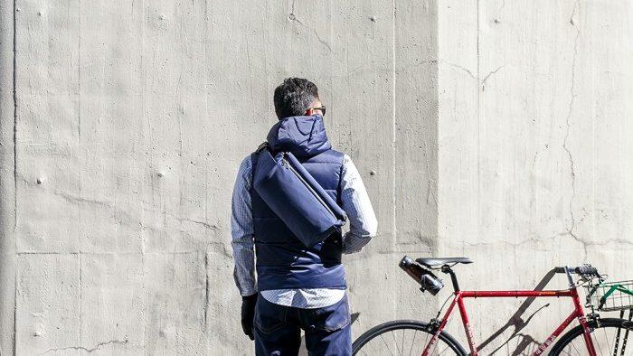 普段着でサイクリングする男の人