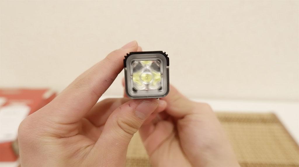 V10L-800の本体前面の写真。最大800ルーメンの明るいライトです。