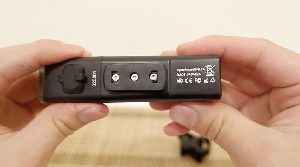 V10L-800の本体底面の写真。充電端子はカバーされており、IPX6の防水性能。生産国は中国ですね。